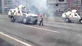 بالصور| عجوز تتحدى الغاز المسيل للدموع فتصبح رمز الانتفاضة في فنزويلا