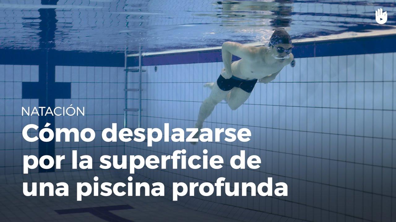 Moverse Por La Superficie De Una Piscina Profunda Miedo Al Agua