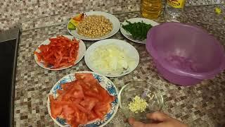 Салат из фасоли со сладким перцем и помидорами .
