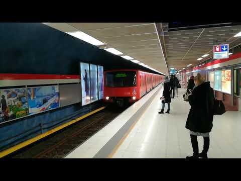 Helsingin metron M100-juna Tapiolaan lähtee Helsingin yliopiston asemalta