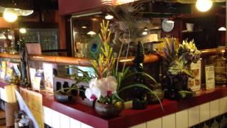 名古屋にあるエスニック料理のお店。ここにアジアをイメージして花を生...