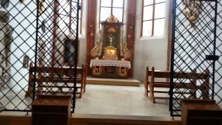 Красивая площадь и внутри собора.