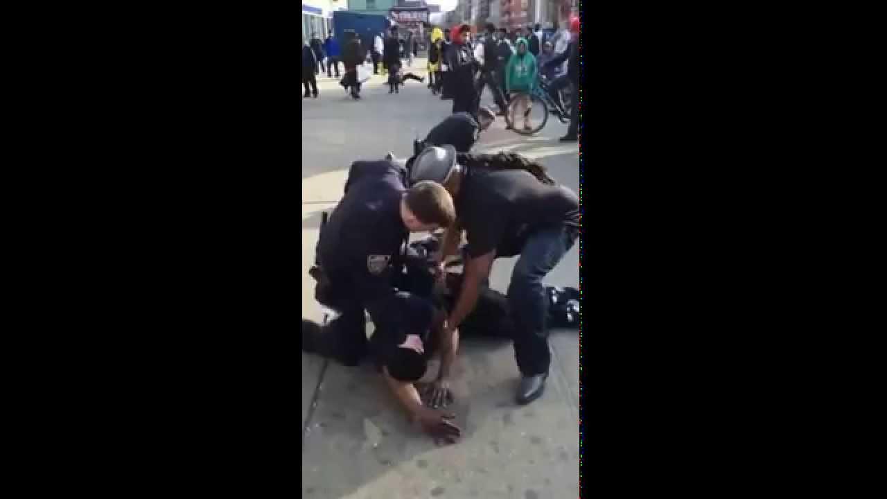 Негром и девушкой полицейским