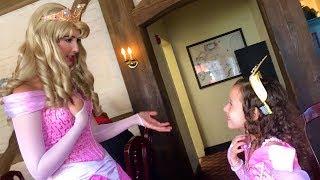 VALENTINA NO ALMOÇANDO COM AS PRINCESAS Ariel,Cinderela,Rapunzel,Branca de Neve e Aurora