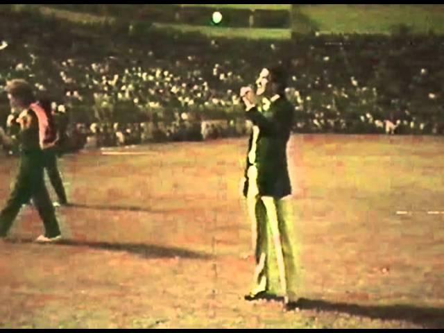 Salvador Amor cantando el Himno del Tampico-Madero en el estadio Tamaulipas