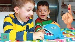 Челлендж рыба пиранья откусывает палец Подарки пазл 3Д Видео для детей Challenge piranha finger bite