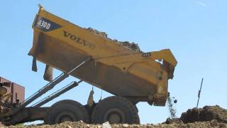 volvo a30d dumping clay