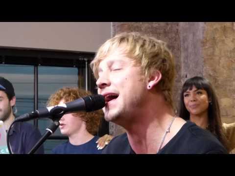Samu singt bei joiz Hollywood Hills frei nach Samu Haber :)  9.10.2014