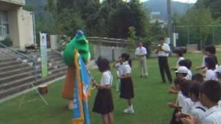 緑の役割を学び、自然に親しむ人を育成しようと、有田川町の小川小学校...
