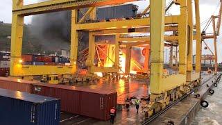 شاهد: انهيار رافعة يسبب حريقاً ضخماً بميناء برشلونة