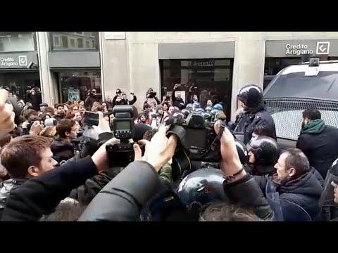 Trasferimento della Statale di Milano, scontri tra studenti e polizia: manganellate e spintoni