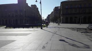 Tranquilidad en Pamplona con personas paseando solas o con su perro