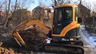 Миниэкскаватор Hyundai 35Z-9 на резиновых гусеницах копает траншею в Калуге