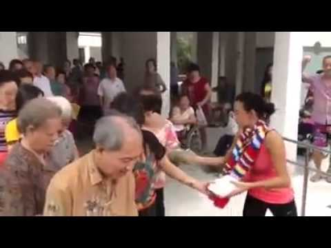 Cecilia Cheung 張栢芝 Was Seen Giving Out Food To The Needy And Old Folks
