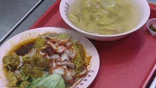 Singapore Street Food. Cooking Hand Made Noodles in Amoy Hawker Centre