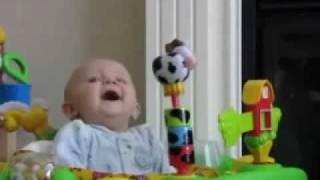 طفل أمه مزكمه شوفوا ردة فعله اذا عطست