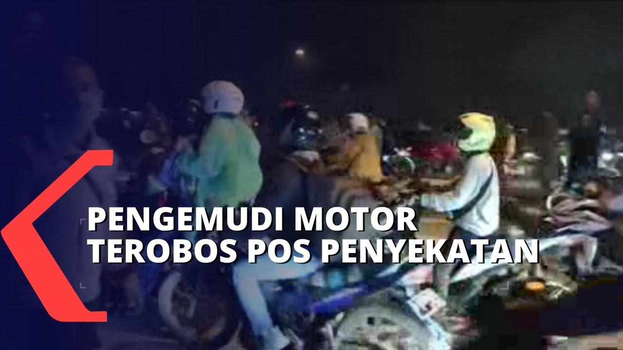 Download Viral! Pengemudi Motor Terobos Barikade Larangan Mudik di Karawang
