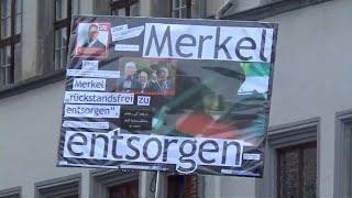 Tomaten und Buhrufe gegen Merkel