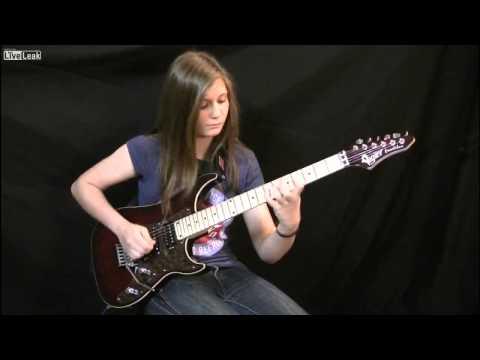 Cô bé 14 tuổi thể hiện khả năng chơi guitar điện cực đỉnh