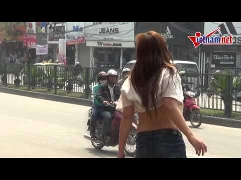 Teen liên tục tốc áo khoe ngực ở Cầu Giấy