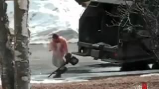 Смешное видео  мусорщик-псих =))