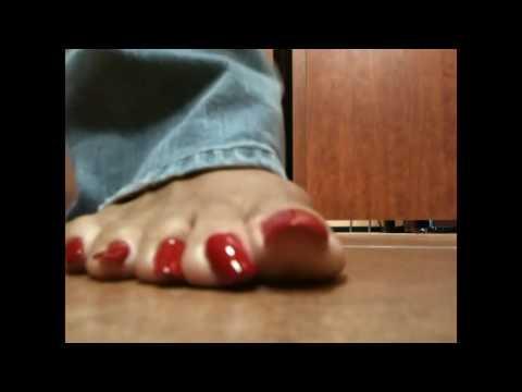 парнуха с длинные ногти на ногах