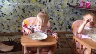 Из жизни тройняшек: кушаем сами