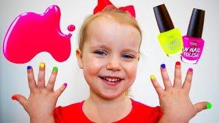 Alex y Gaby juegan con esmalte de uñas de colores