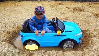 ضابط سينيا يركب سيارة جديدة عالقا في بركة ضخمة!