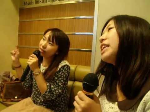 "Kasumi e Mika cantano al Karaoke ""Happy Birthday"" AKB48"