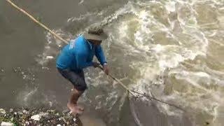 người dân xúm vào Bắt cá khi đập trà sư xã lũ/fishing