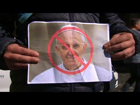 محتجون يحملون أحذية أطفال وأعلام قوس قزح للتظاهر ضد البابا فرانسيس في أيرلندا…