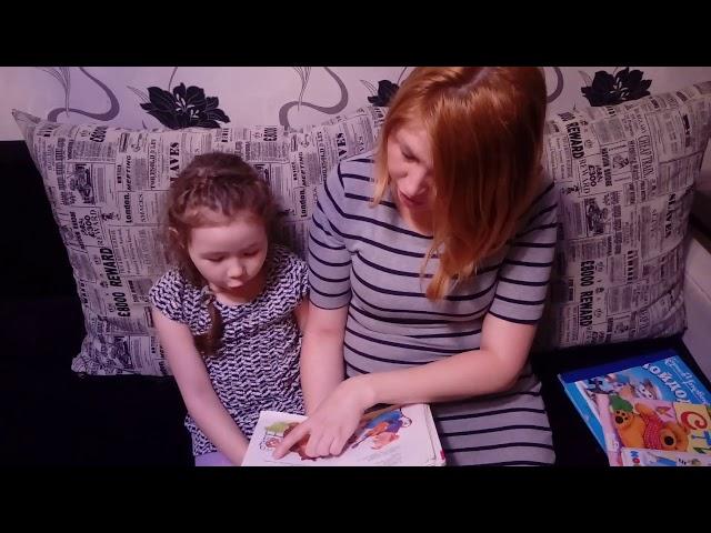 Изображение предпросмотра прочтения – «Мама с дочкой» читает произведение «Телефон» К.И.Чуковского