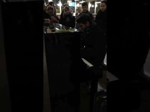 Amazing singer in train station. Chanteur incroyable gare Montparnasse