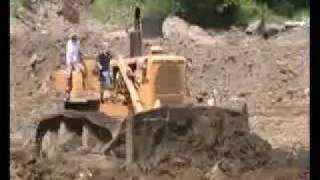 Cat D9G bullozer levelling out tip
