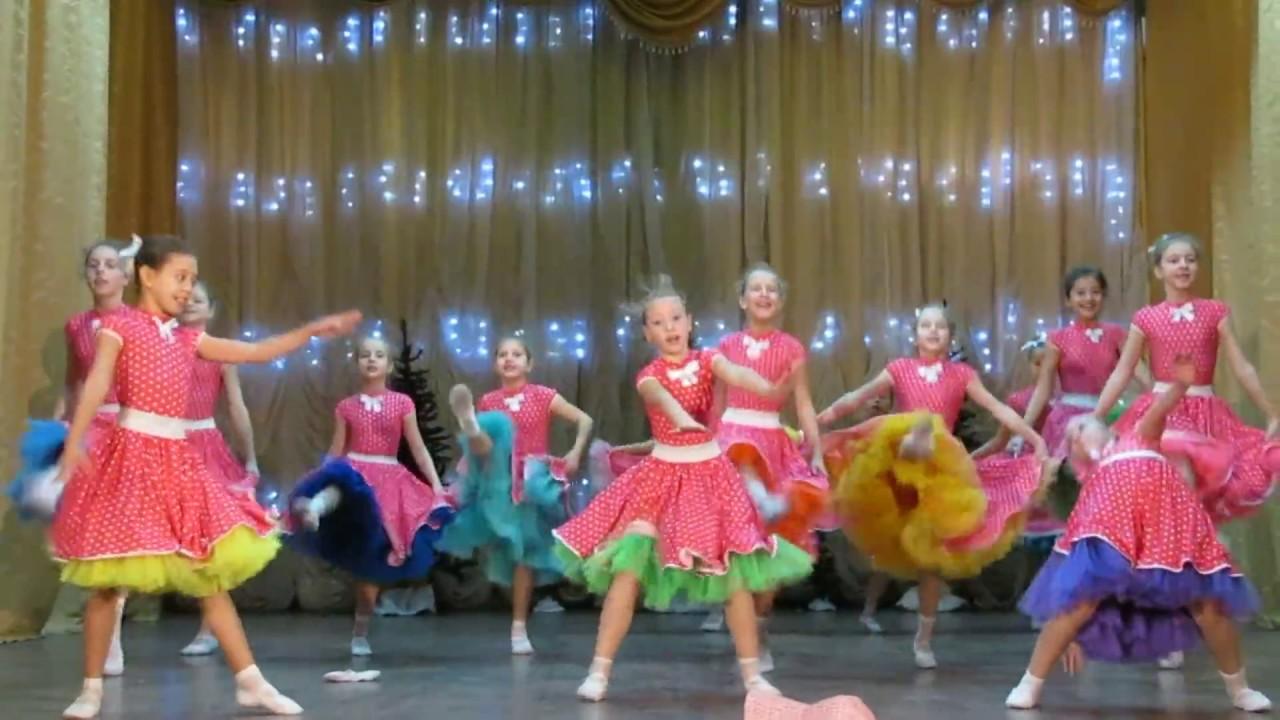 Упитанные девушки танцуют на сцене видио фото 37-941