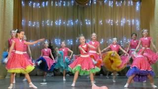 Дети на сцене поют и танцуют. Children on the stage sing and dance.