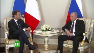 Poutine reçoit Macron à Saint-Pétersbourg thumbnail