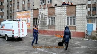 """Женщина разбилась насмерть, спрыгнув с 6 этажа """"общаги"""" на крышу магазина в Бердске"""