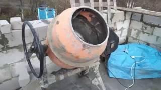Не  работает бетономешалка(Не работает бетономешалка. Двигатель гудит но не запускается. Замена конденсатора. Вообще советую приобре..., 2016-10-31T20:26:38.000Z)