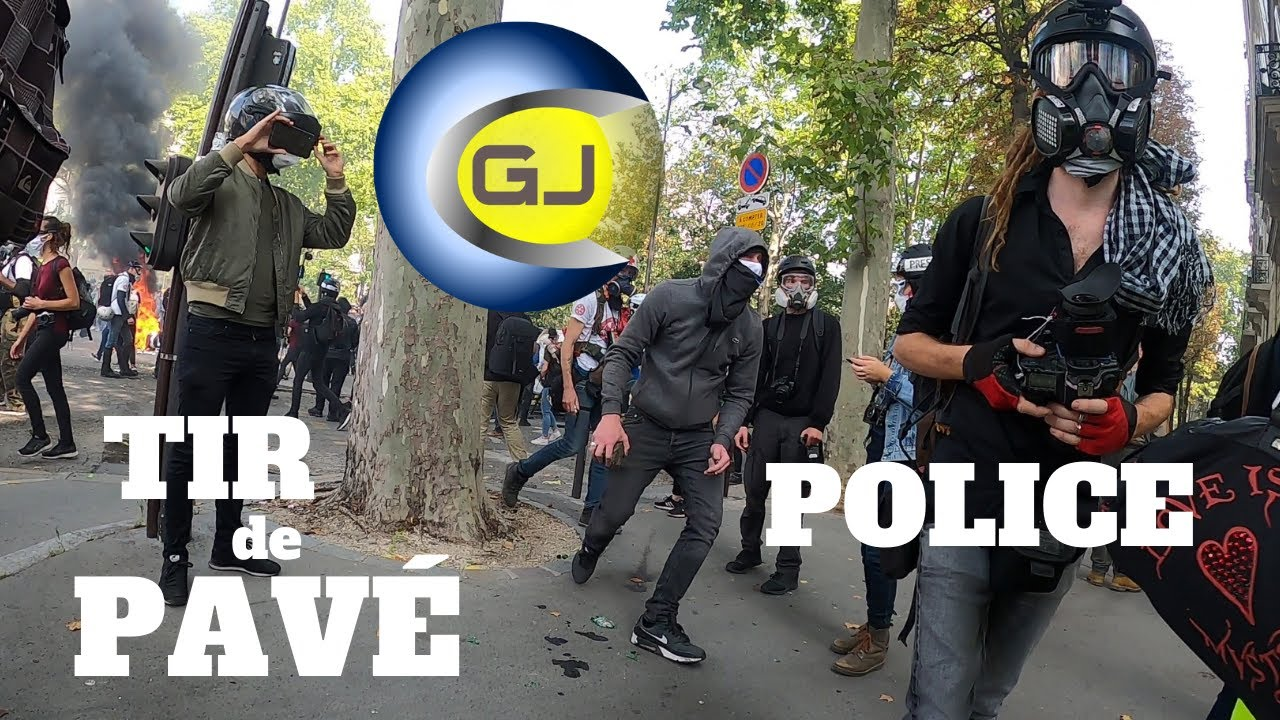 Un homme lance un pavé sur des policiers qui tentent de riposter au Flash-Ball. Paris 12 sept 2020.