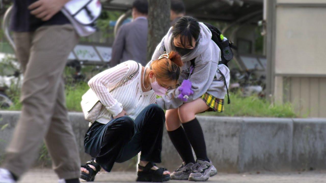 ENG) 생리통으로 쓰러진 여자를 발견한다면? | 사회실험
