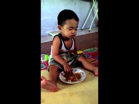 Kocak banget video Anak kecil makan sambil tidur