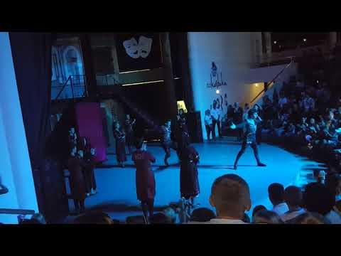 Ceren Ve Tuğberk Gürcistan Halk Danslarını İzliyor .Çok Beğendik