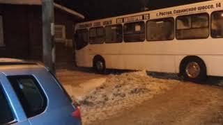 Водитель автобуса въехал в жилой дом, чтобы не сбить собаку