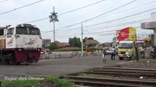 vuclip Kompilasi Perlintasan kereta Api Indonesia #6 (Indonesia Railroad Crossing Train)
