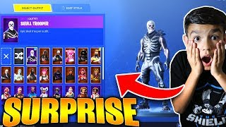 Surprenant Petit Frère avec Insane RARE Fortnite Skins! Il freaks Out!