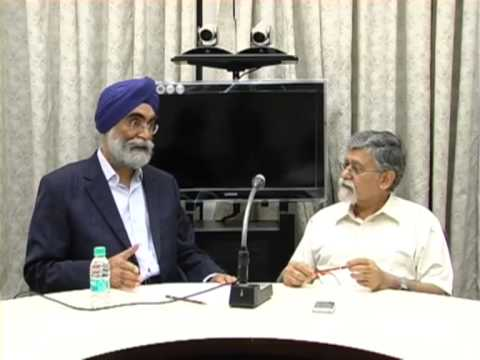 Dr. Charan Singh and Dr. Arvind Virmani in discussion at IIMB