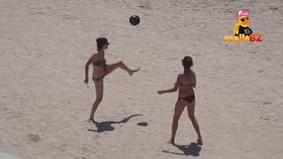 Frauen mit Fussball am Strand