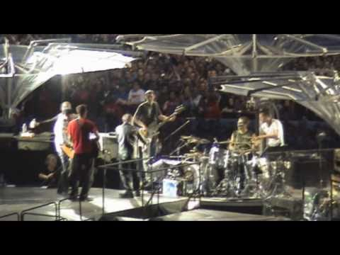 Fans on stage with U2: Angel Of Harlem, Berlin 2009 (multicam)